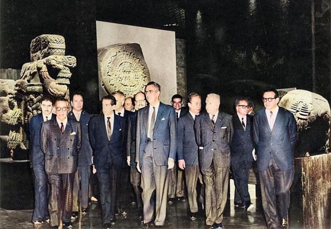 Adolfo López Mateos y Jaime Torres Bodet, en recorrido inaugural del Museo Nacional de Antropología